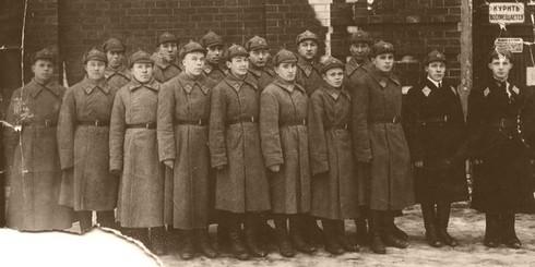 Свойский И.М. крайний справа с курсантами, он уже здесь офицер