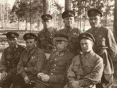 Участники боев с белофинами, Свойский И.М. сидит крайний справа