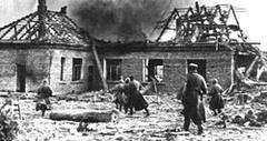 Пехотинцы 875-го стрелкового полка ведут бой с фашистами на улице Лиозно 9 октября 1943 года