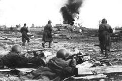 Бойцы 875-го и 879-го полков освобождают от немцев город Лиозно