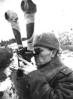 Командир дивизии генерал-майор И.С.Безуглый на наблюдательном пункте