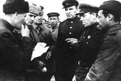 Полковники Михайлов, Разнатовский и капитан Иоффе беседуют с представителями власти г. Лиозно
